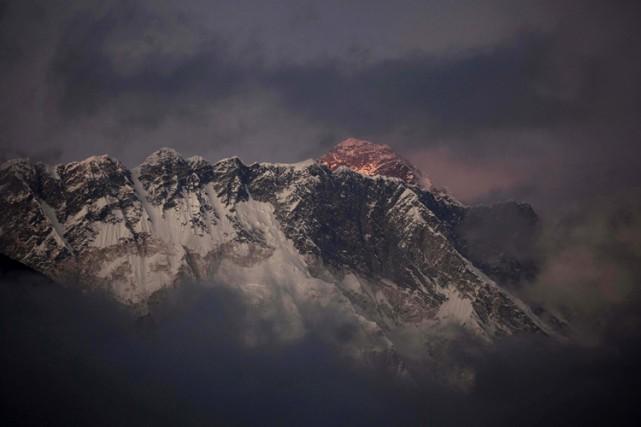 Des déchets humains laissés par ceux qui escaladent le mont Everest sont en... (Photo: AP)