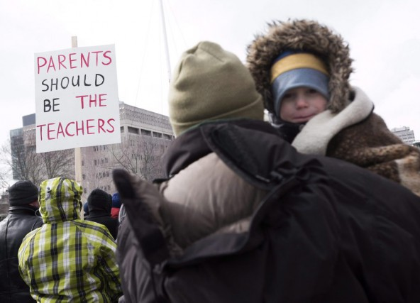 Quelque 200 manifestants se sont présentés à Queen's... (La Presse Canadienne)