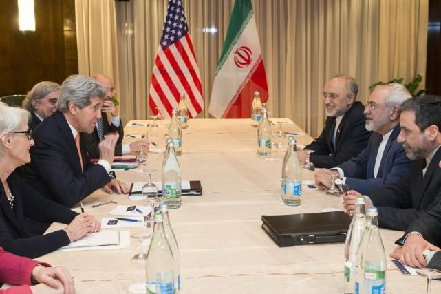 Le secrétaire d'État américain John Kerry (à gauche)... (PHOTO EVAN VUCCI, AP)