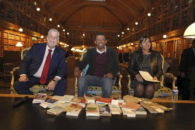 Philippe Couillard, Dany Laferrière et la mairesse de... (Photo Remy de la Mauviniere, AP)