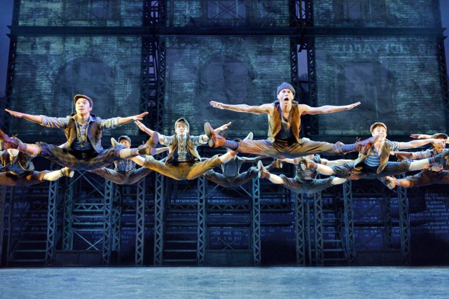 La production Newsies sera présentée au Centre national... (Associated Press)