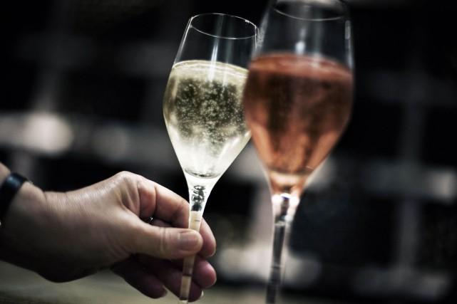 Contrairement aux autres vins d'appellation contrôlée, les champagnes... (Photo Archives AFP)