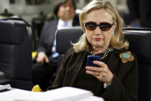 Hillary Clinton se retrouve désormais entre les républicains... (PHOTO KEVIN LAMARQUE, ARCHIVES REUTERS)