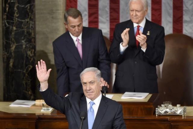 Le premier ministre israélien Benyamin Nétanyahou salue les... (PHOTO SUSAN WALSH, AP)