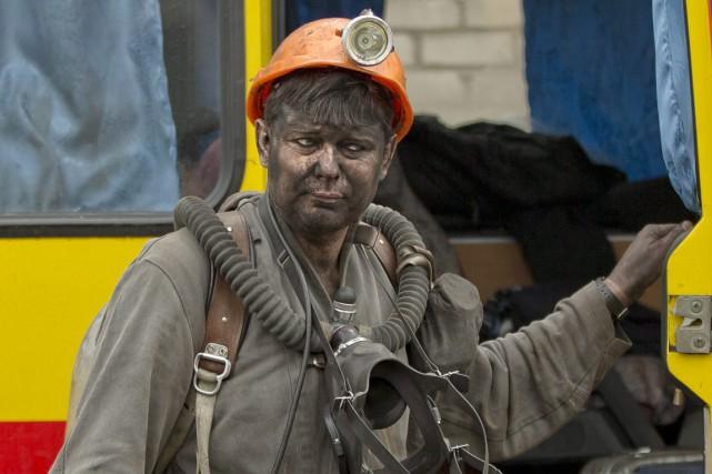 À la mine, l'accès restait bouclé par les... (PHOTO VADIM GHIRDA, AP)