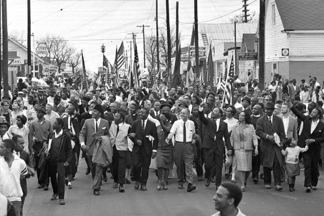 Deux semaines plus tard, plusieurs milliers de personnes... (PHOTO ARCHIVES AP)