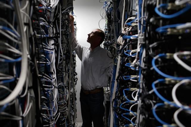 Un employé d'Alcatel-Lucent vérifie des câbles au siège-social... (PHOTO ARCHIVES BLOOMBERG)