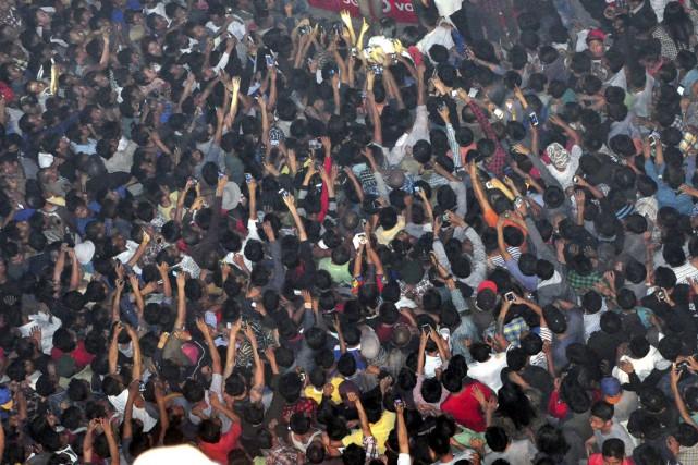 La foule l'a traîné vers une place centrale... (PHOTO IMOJEN I JAMIR, AP)