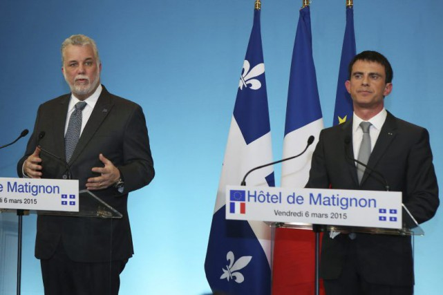 Philippe Couillard et son homologue français Manuel Valls.... (PHOTO RÉMY DE LA MAUVINIÈRE, ASSOCIATED PRESS)