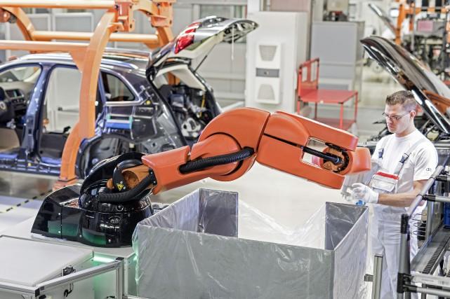 Les humains travaillent avec les robots chez Audi.... (PHOTO FOURNIE PAR AUDI)