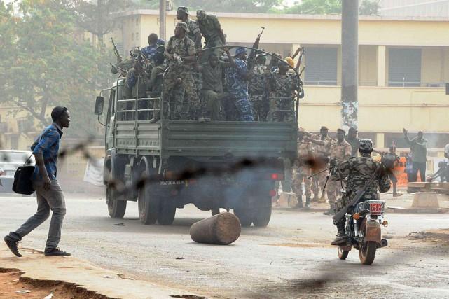 Des soldats circulent dans les rues de Bamako,... (Photo d'archives HABIBOU KOUYATE, AFP)