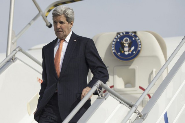 John Kerry à son arrivée à l'aéroport Le... (PHOTO EVAN VUCCI, AFP)