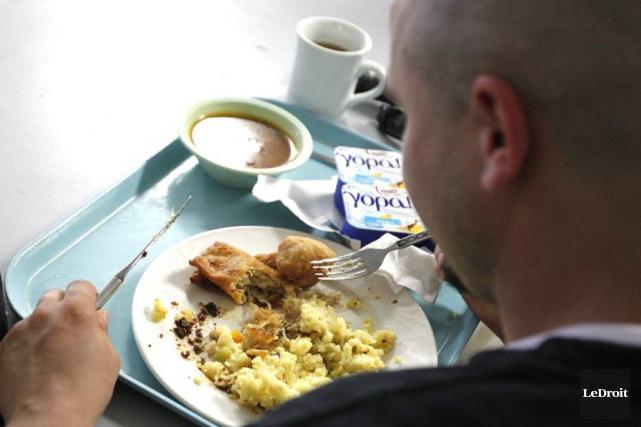Les repas du midi sont encore offerts à... (Patrick Woodbury, Archives LeDroit)