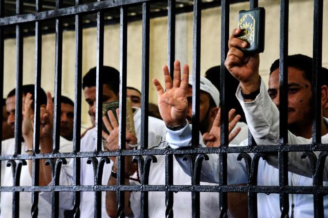 Des prisonniers pro-morsi réagissent après avoir été condamnés... (Photo Heba Khamis, archives AP)