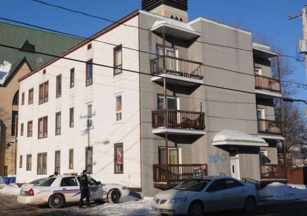 Bien des gens se demandent qui vit dans le bloc du 21 Price à Chicoutimi par... (Archives Michel Tremblay)