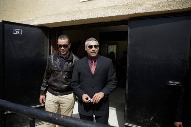Mohamed Fahmy (à droite) etson collègue du réseau... (PHOTO HASSAN AMMAR, AP)