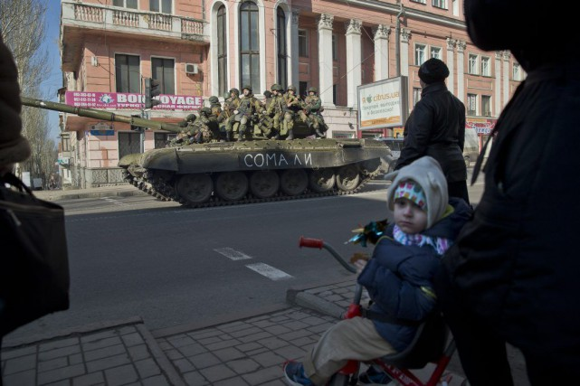 Des rebelles soutenus par la Russie sont postés... (PHOTO VADIM GHIRDA, AP)