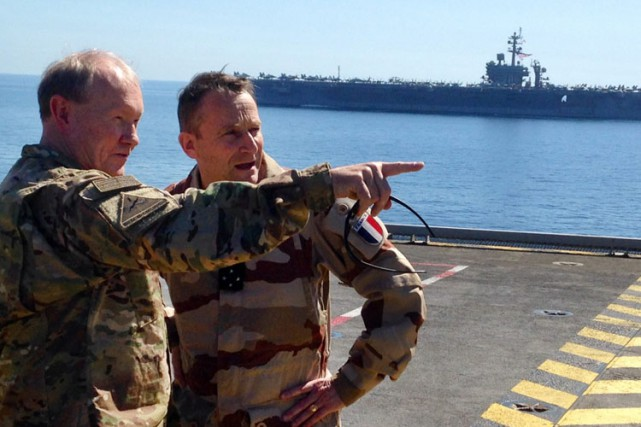 Le général américain Martin Dempsey discute avec son... (Photo: AP)