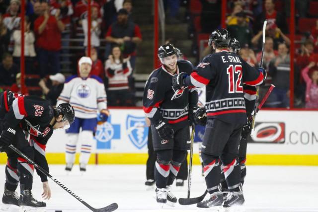 Elias Lindholm a amassé trois buts et deux aides, Jeff Skinner a ajouté deux... (Photo: Reuters)