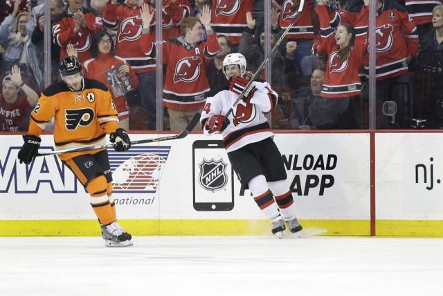 Adam Henrique et les fans des Devils célèbrent... (Photo Mel Evans, AP)