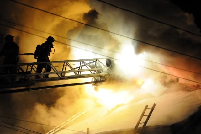 Une vingtaine de pompiers ont été dépêchés sur... ((Photo Mariane L. St-Gelais))