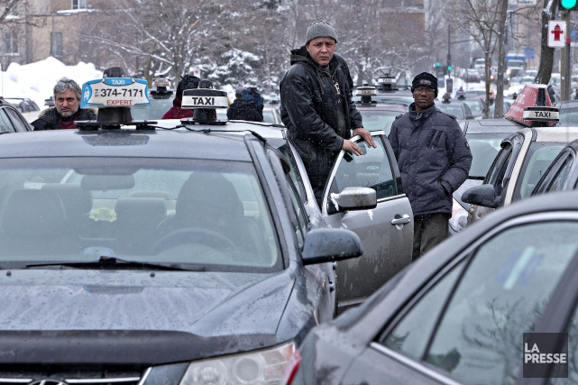 En février, des centaines de chauffeurs de taxi... (PHOTO PATRICK SANFAÇON, ARCHIVES LA PRESSE)