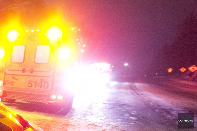 Deux personnes ont été happées sur l'autoroute 10 ouest vers 18 h 30, hier, à... (Archives La Tribune, Julien Chamberland)