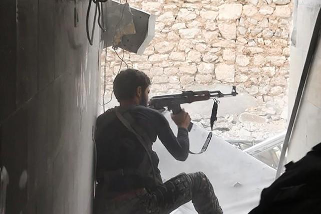 Un militant dugroupe État islamique.... (PHOTO ARCHIVES AP/RAQQA MEDIA OFFICE)