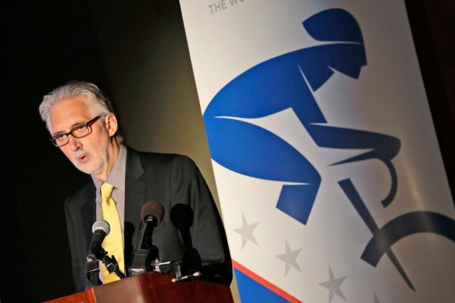 Le président de l'Union cycliste internationale, Brian Cookson.... (Photo Steve Helber, archives AP)