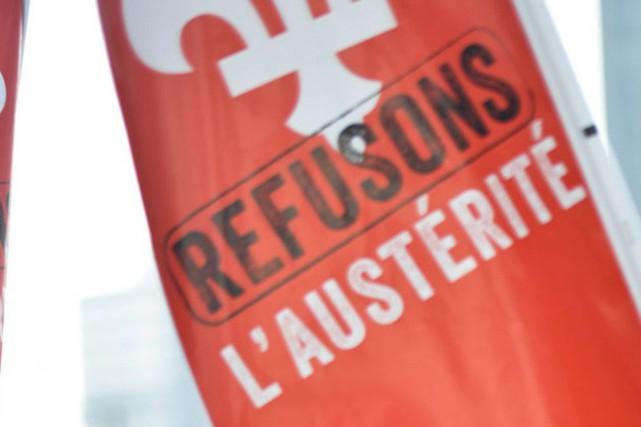 Une cinquantaine de manifestants sont réunis devant l'édifice Jos-Montferrand... (Archives LeDroit)