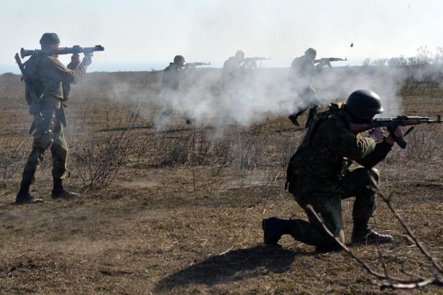 Des soldats ukrainiens du bataillon d'Azov mènent des... (Photo: AFP)