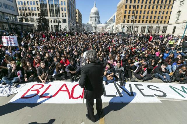 Une bannière indiquant «La vie des Noirs compte»... (Photo: AP)