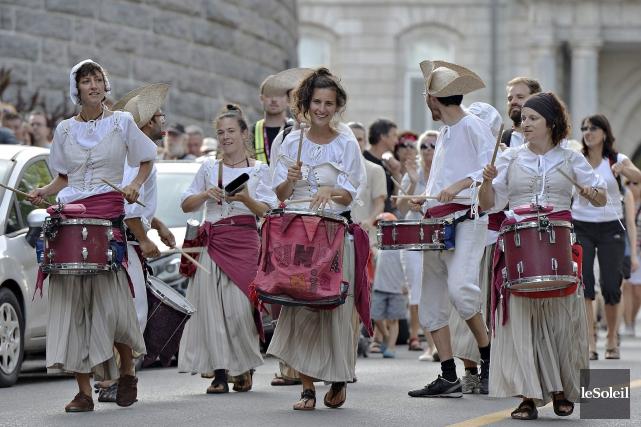 Fanfare lors du défilé de clôture des fêtes... (Photothèque Le Soleil, Pascal Ratthé)