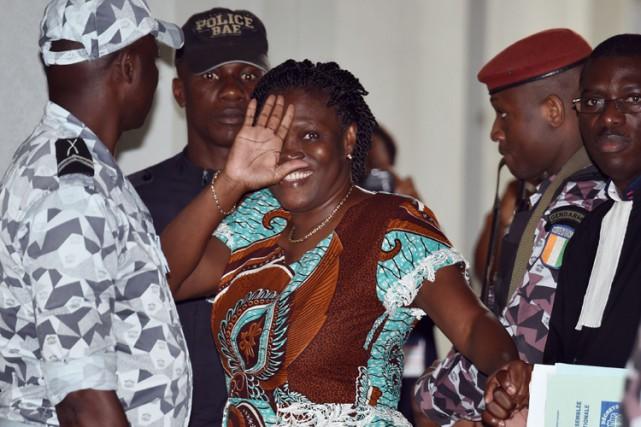 Simone Gbagbo salue les photographes lors de son... (Photo: AFP)