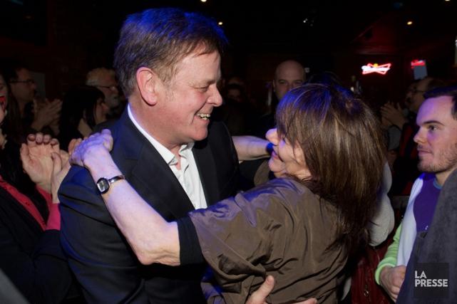 Sylvain Rochon célèbre sa victoire avec sa femme.... (Photo: André Pichette, La Presse)