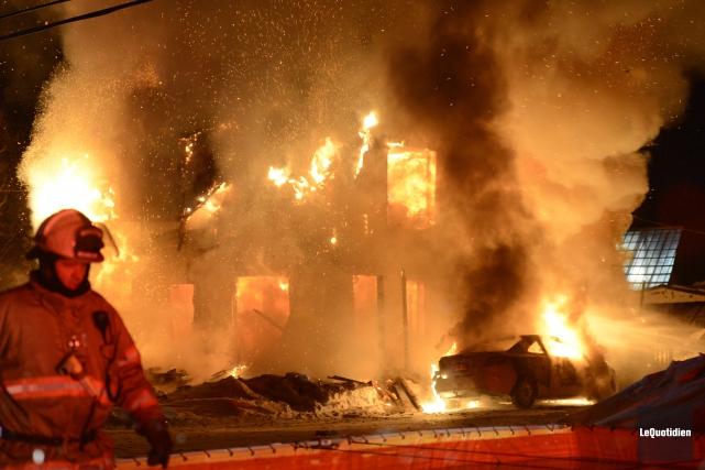 Une maison a été ravagée par un incendie,... ((Photo Le Quotidien, Jeannot Lévesque))