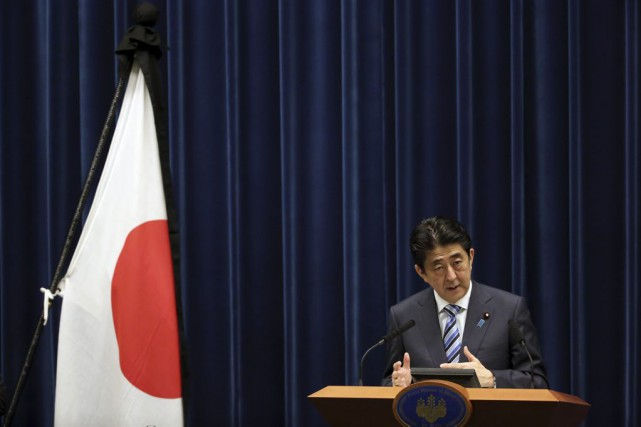 Le premier ministre japonais Shinzo Abe.... (PHOTO EUGENE HOSHIKO, ASSOCIATED PRESS)