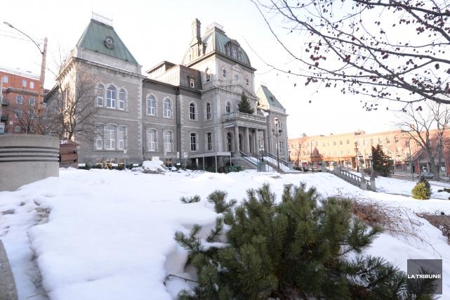 Les cols blancs de la Ville de Sherbrooke pourraient être les plus touchés par... (Archives La Tribune, Maxime Picard)