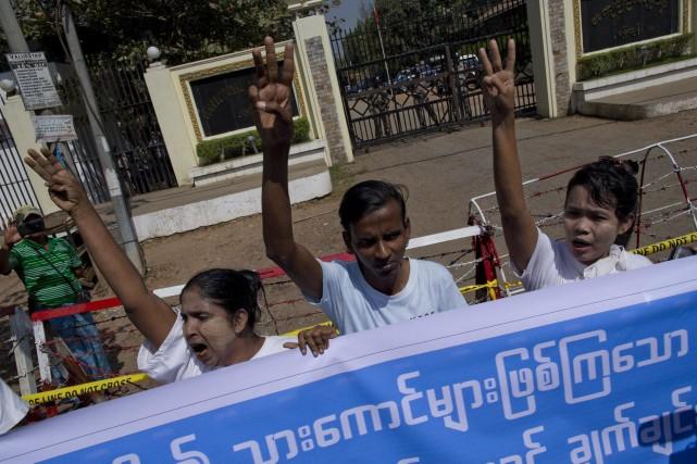 Des personnes manifestent devant une prison où des... (PHOTO ARCHIVES AP)