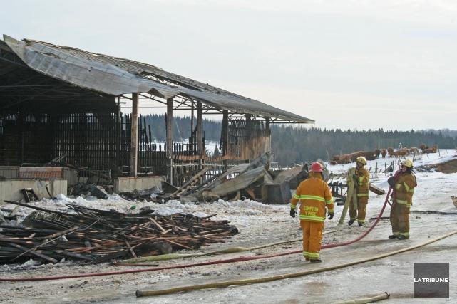 Le feu s'est attaqué à la grange de... (La Tribune, Maryse Carbonneau)