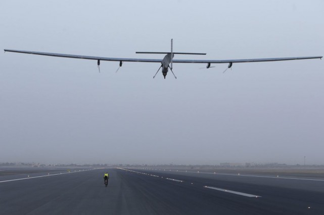 L'avion Solar Impulse 2 décollant de l'aéroport de... (PHOTO MOHAMMED MAHJOUB, AFP)