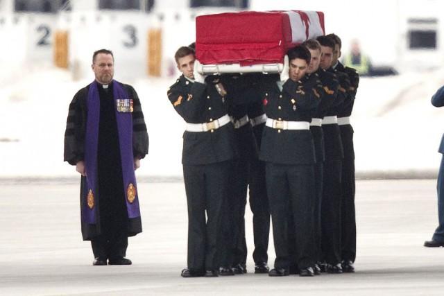 La dépouille du militaire canadien Andrew Joseph Doiron, tué vendredi dernier... (Photo Reuters)
