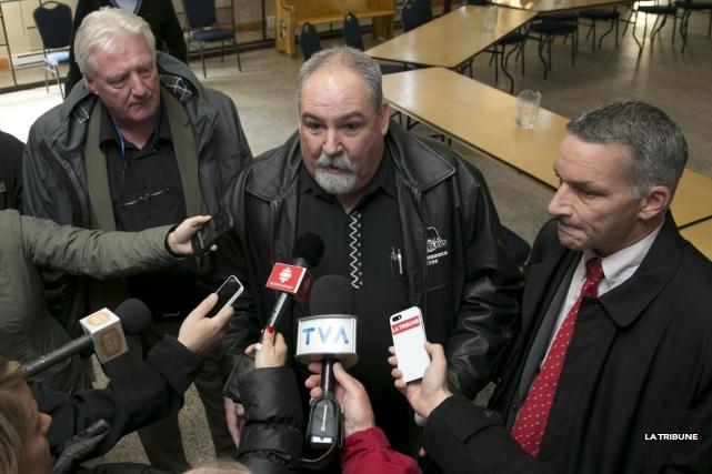 Les chefs syndicaux Gaétan Desnoyers (cols blancs), Mario... (Imacom, René Marquis)