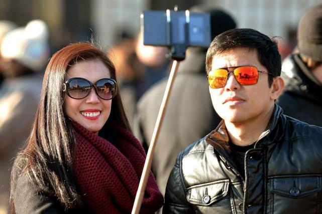 Hors des musées, la perche à selfie a... (Photo John Stillwell, AP)