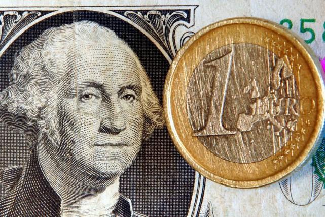 L'euro tentait de se reprendre face au dollar jeudi, après être brièvement... (Photo Michael Probst, Archives AP)