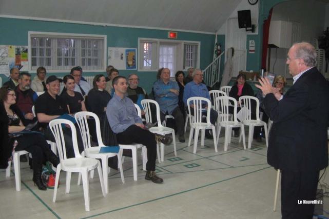 Serge Audet, de Priorité Sherbrooke, expliquant le programme... (Photo: Marc Rochette, Le Nouvelliste)
