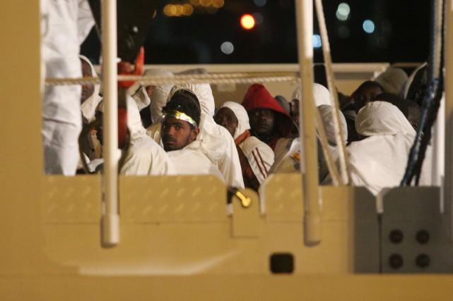 En une année, les traversées de migrants et... (PHOTO MARCELLO PATERNOSTRO, ARCHIVES AFP)