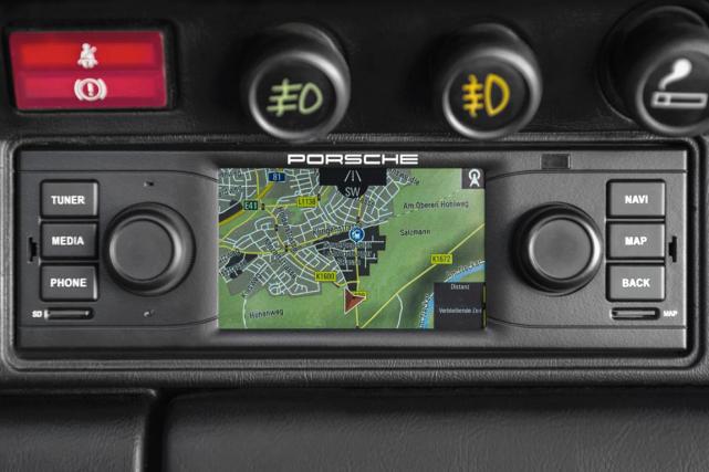 Un GPS acheté chez Costco, branché dans l'allume-cigarette et collé au... (Photo fournie par Porsche)