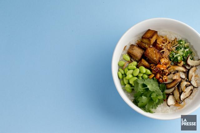 Au restaurant, le congee est souvent servi dans... (Photo David Boily, La Presse)