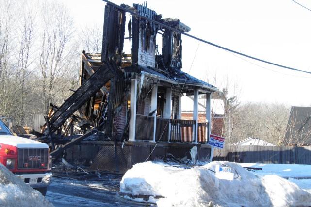 Un incendie a complètement rasé deux maisons voisines,... (Courtoisie, Guy Desjarlais)